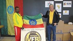 Übergabe der gespendeten Judoanzüge an einen Delegierten der Äthiopischen Judo-Nationalmannschaft.