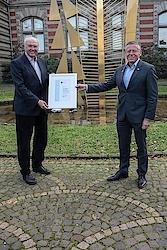Landrat Hans-jürgen Petrauschke überreicht den Sportehremamtspreis 2020 an Franz-Josef Kallen