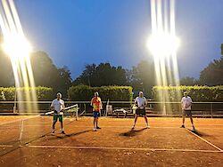 Mehr Licht für die Tennis-Spieler!