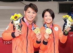 die Geschwister Abe mit ihren Goldmedaillen 2021 in Tokio - 31 Minuten lagen zwischen ihren Erfolgen