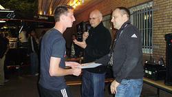 Mannschaftsführer Simon nimmt Urkunde und Pokal entgegen